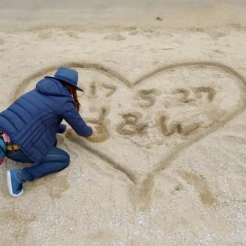 【熊本店 前撮りより】砂浜に手書きで